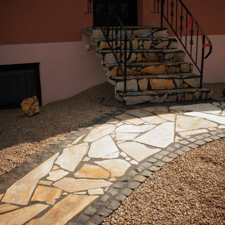 Gehweg und Treppenbereich mit Polygonalplatten